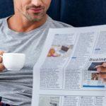 Mann mit Zeitung liest 50plus Blogartikel